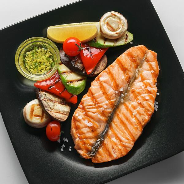 Стейк сьомги з овочами